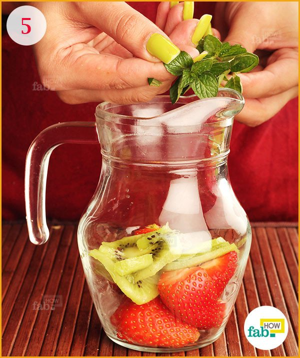 Add mint leaves in the pitcher
