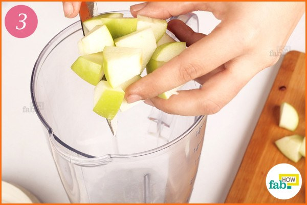 Put apple cubes into the blender