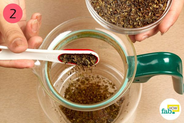 Put green tea leaves in a kettle