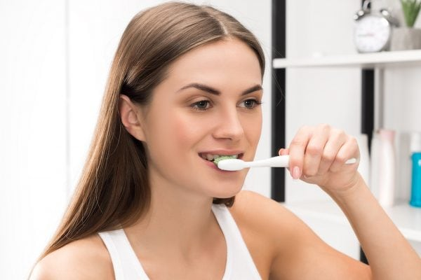 whiten teeth with baking soda