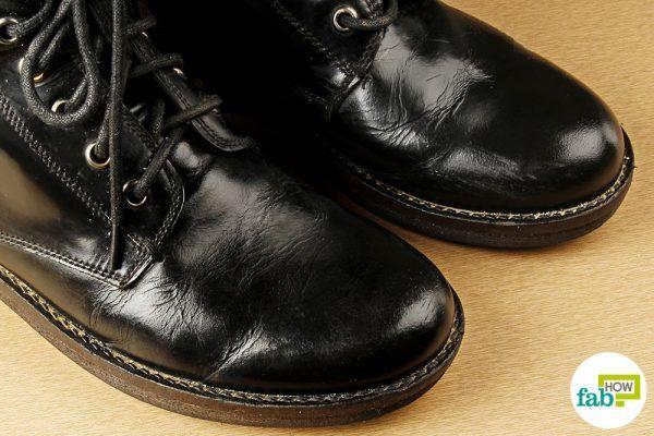 clean boots using vinegar