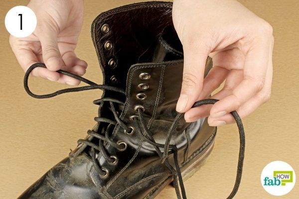 remove the laces of boots