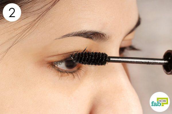 apply baby powder over your eyelashes