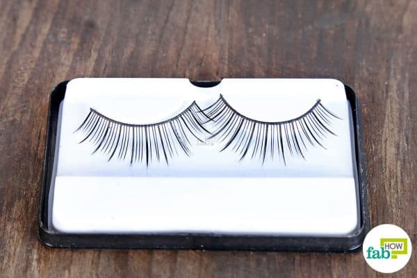 Learn how to clean false eyelashes with eye makeup remover