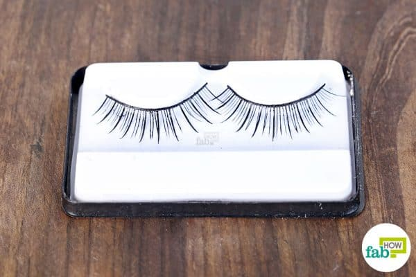 Learn how to clean false lashes with coconut oil
