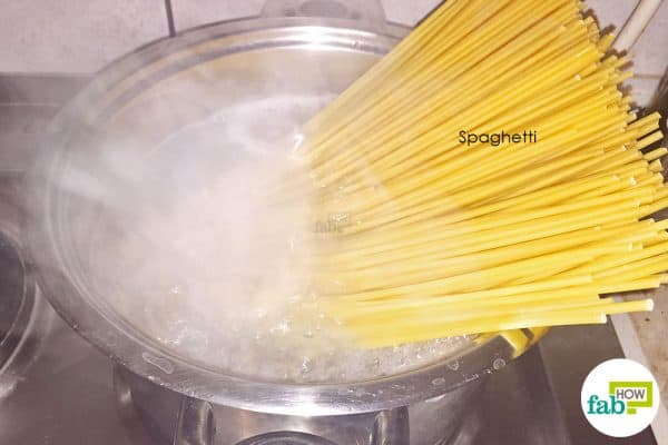 cook the spaghetti to make seafood pasta