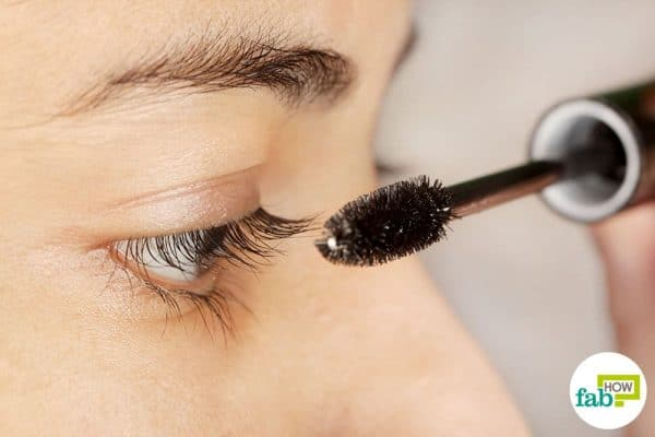 Make DIY mascara to use activated charcoal for beauty