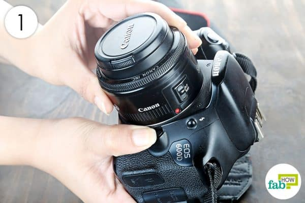 detach the lens from the body to clean dslr the right way